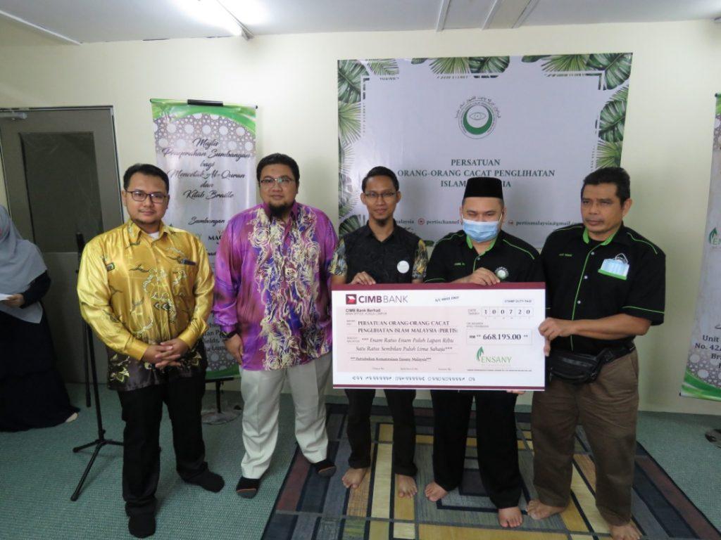 Penyerahan sumbangan waqaf Al Quran Braille